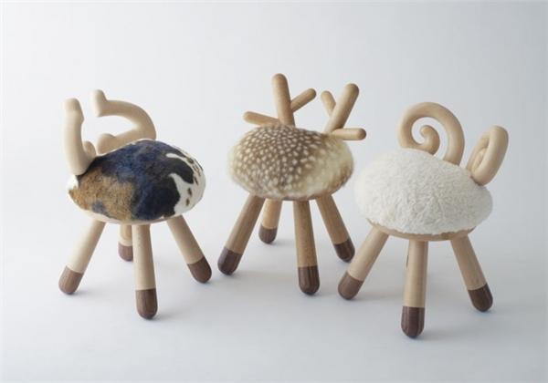 Những chiếc ghế nấm lùn dành cho con trẻ trong nhà.
