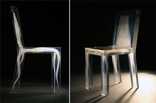 """Tuy được gọi là """"ghế ma"""", ghost-chair, nhưng chiếc ghế này lại khá bắt mắt và không hề đáng sợ với chất liệu nhựa trong suốt khá thú vị."""