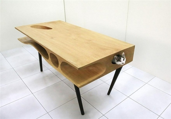 Bàn gỗ với những lỗ chui nhỏ thông nhau, dành cho những ai nuôi mèo. Hẳn là có ai đó sẽ mua chiếc bàn này chỉ vì người bạn nhỏ thôi đấy!