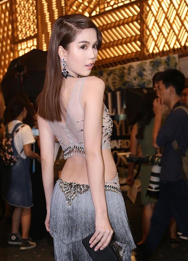 Thiết kế này do stylist Đỗ Long thực hiện cho Ngọc Trinh. Vẻ đẹp hiện đại, quyến rũ của cô nàng luôn là nguồn cảm hứng bất tận để đàn anh thực hiện trang phục cho cô. Bộ váy này có giá khoảng 2.000 USD (tương đương 40 triệu đồng).