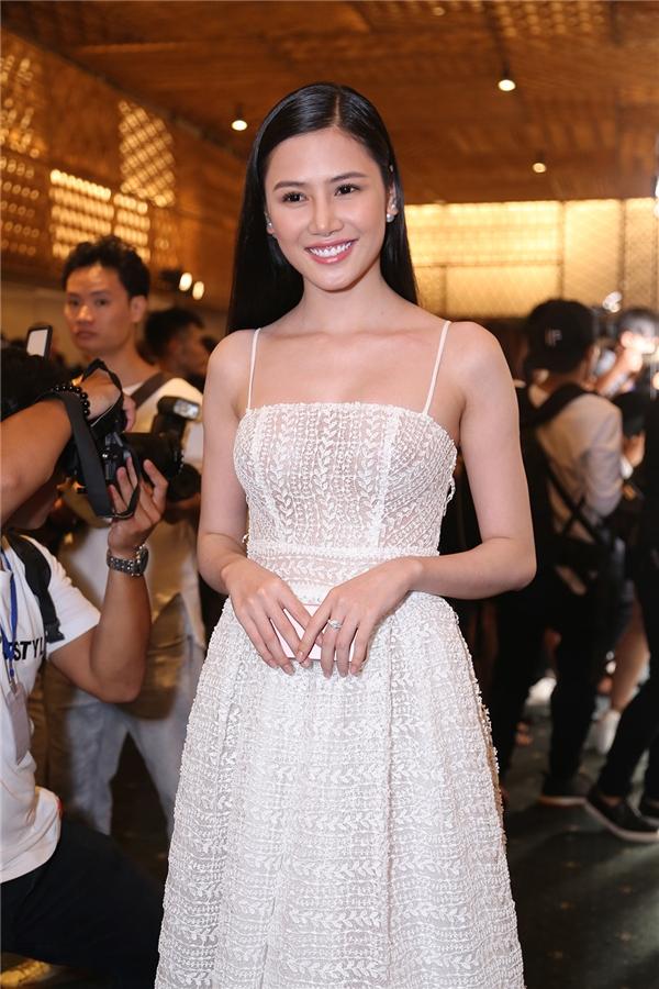 Tường Vy thanh lịch, gợi cảm khi diện váy xòe trắng được thực hiện trên nền chất liệu ren xuyên thấu. Sáng 11/5, các mĩ nhân này sẽ sang Singapore để ghi hình cho chương trình Đêm hội Chân dài 10.