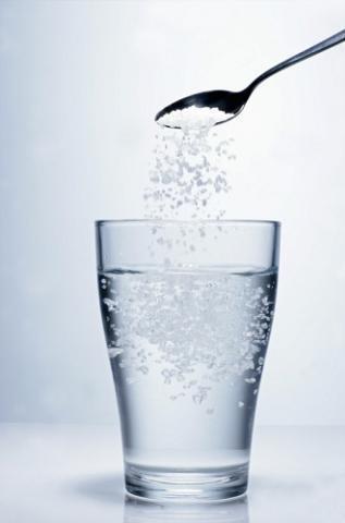 Nước muối loãnggiúp giải độc cơ thể rất hiệu quả. Ảnh: Internet