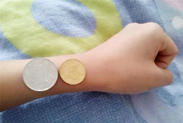 Giờ các cô gái phải khoe thân hình mong manh bằng đồng tiền xu bé xíu cơ!