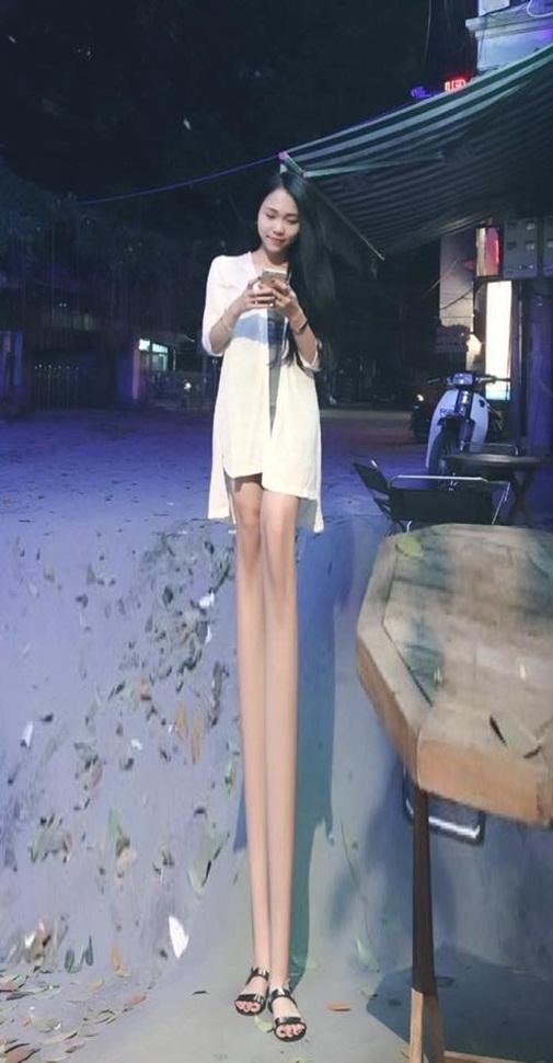 Chân dài như cột chống trời