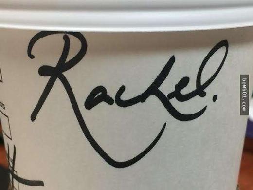 Chỉ là một cái tên viết vội lên cốc cà phê thôi cũng đủ khiến người ta xao xuyến bởi độ bay bổngcủa nét chữ.(Ảnh: Bomb01)