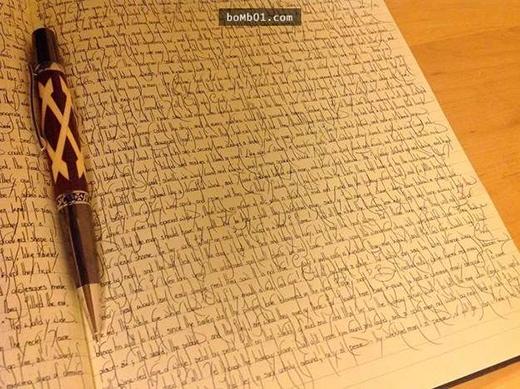 Thoạt nhìn có vẻ lộn xộn nhưng nếu để ý kĩ, bạn sẽ thấy từng chữ được viết rất ngay ngắn với nhữngnét cong cũng rất tinh tế và nghệ thuật. (Ảnh:Bomb01)