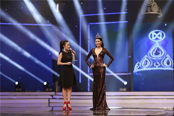 Trên sân khấu, Lan Khuê đã chia sẻ những cảm xúc khi quay trở lại Hoa khôi Áo dài 2016 nhưng với cương vị hoàn toàn mới. Top 11 Hoa hậu Thế giới 2015 còn bất ngờ công bố thông tin sẽ nhường quyền dự thi Hoa hậu Hòa bình Thế giới 2016 cho các thí sinh của Hoa khôi Áo dài năm nay.