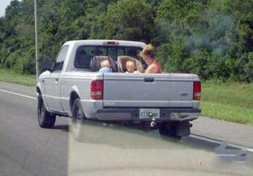 Xe bán tải nhìn rất phong cách, lại còn hữu dụng trong việc... chở vợ con đi chơi mà không muốn nghe léo nhéo bên tai nữa. (Ảnh: Internet)