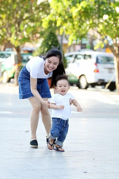 Mới đây, người hâm mộ vô cùng thích thú khi bất ngờ bắt gặp Vy Oanh và con trai tại phố đi bộ Nguyễn Huệ, Sài Gòn. - Tin sao Viet - Tin tuc sao Viet - Scandal sao Viet - Tin tuc cua Sao - Tin cua Sao