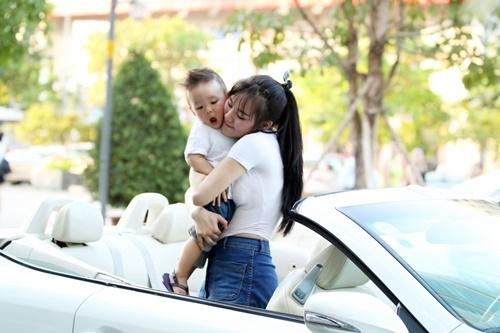 Khoảnh khắc ngọt ngào, hạnh phúc của hai mẹ con khiến ai nhìn vào cũng phải ao ước, ghen tị. - Tin sao Viet - Tin tuc sao Viet - Scandal sao Viet - Tin tuc cua Sao - Tin cua Sao