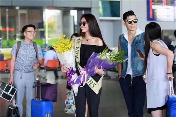 Sáng nay, đương kim Hoa hậu Trái đất 2015 Angelia Ong đã bất ngờ có mặt tại TP.HCM. Chuyến thăm lần này của cô không được thông báo trước với truyền thông. Tuy nhiên, ngay tại sân bay, nhiều người đã nhận ra giai nhân của đất nước Philippines.