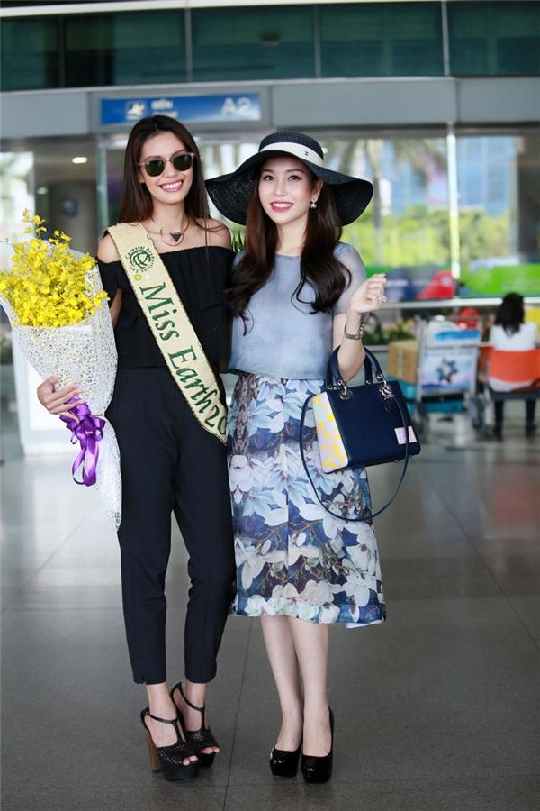 Ra đón cô là Hoa hậu Doanh nhân thế giới người Việt 2015 Nguyễn Lam Cúc. Cả hai cùng trò chuyện thân thiết.