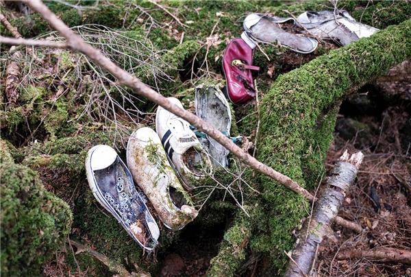 """Những chiếc giày được cho lànhững người tự tử trong """"khu rừng tự sát"""" Aogakihara. (Ảnh: Internet)"""