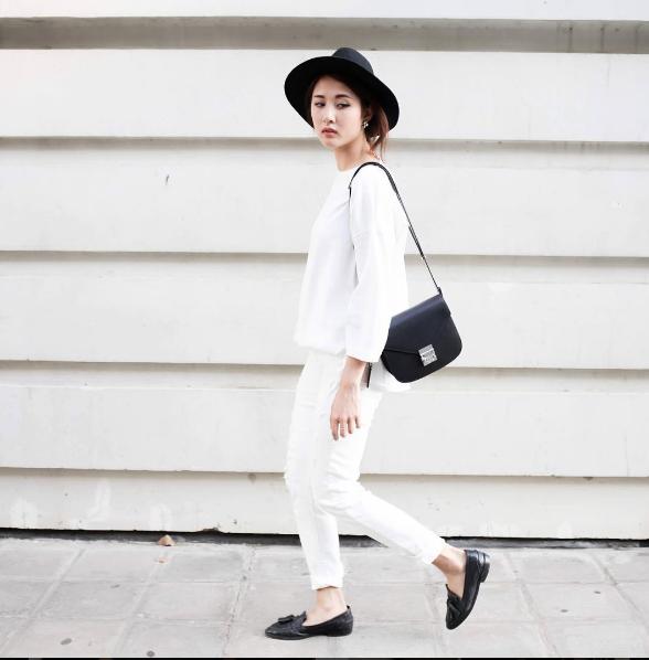 Con fashion icon Julia Đoàn thì luôn trung thành với phong cách đơn giản, trung tính.