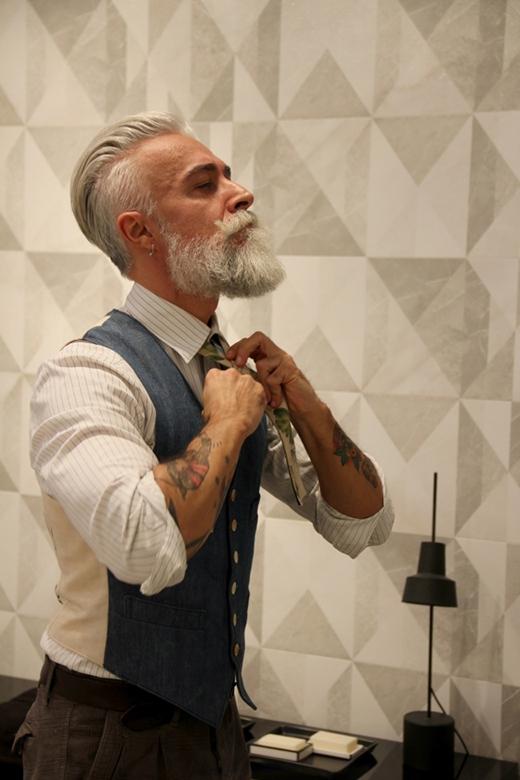 Hay kiểu đơn giản áo sơ mi kết hợp cùng áo gi-lê ngắn tay cổ điển phù hợp cho mọi quí ông.(Ảnh: Internet)