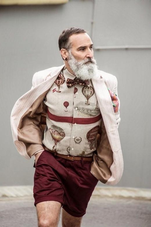 Ai nói quần ngắn không dành cho người già? Áo sơ mi đi cùng chiếc quần ngắn, cộng thêm chiếc nơ sẽ tạo nên bộ trang phục cực kì trang nhã và khoẻ khoắn cho những quí ông thích sự năng động nhưng vẫn giữ vẻ lịch sự.(Ảnh: Internet)