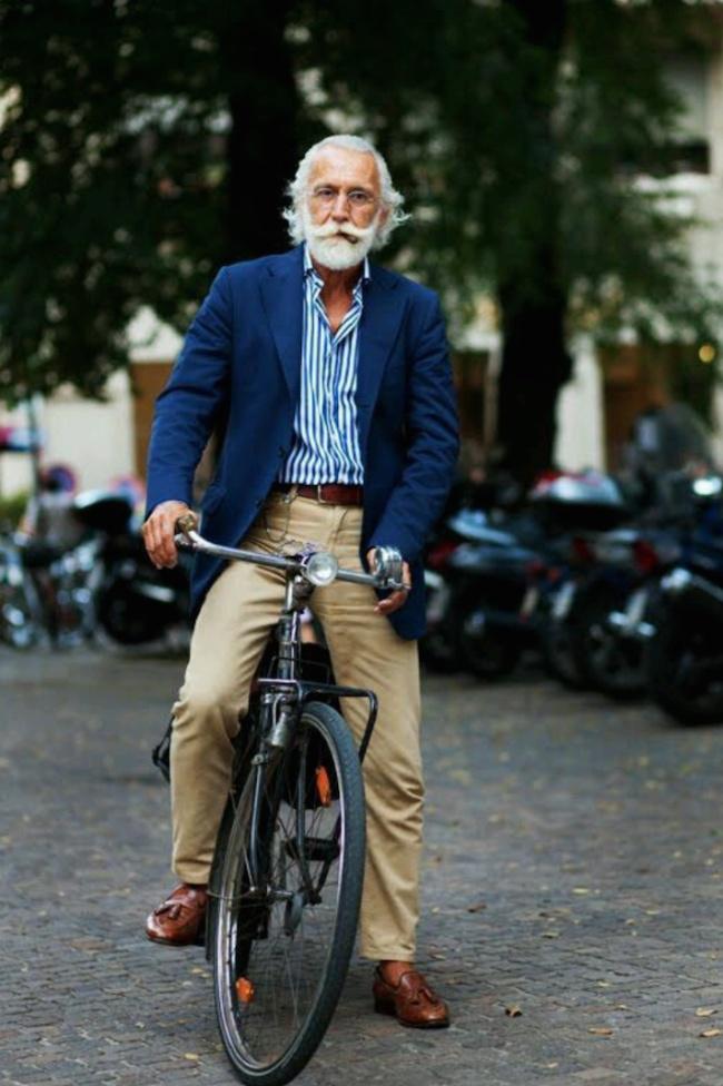 Dạo phố cùngphong cách thời trang vô cùng sành điệu, áo sơ mi sọc màu xanh đậm kèm quần ka ki màu ghi, áo khoác cùng tông màu nhưng đậm hơn một xíu bên ngoài sẽ giúp bộ trang phục thêm phần tinh tế.(Ảnh: Internet)