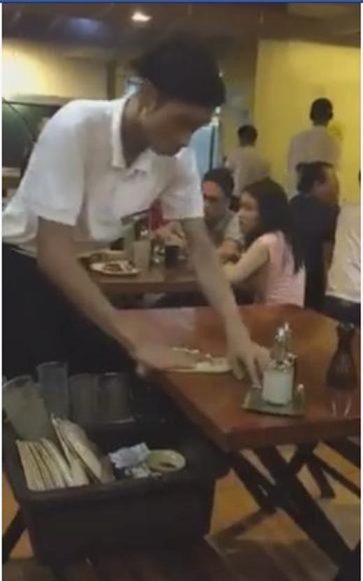 Chóng mặt với tài dọn bàn siêu tốc độ của anh chàng phục vụ quán ăn