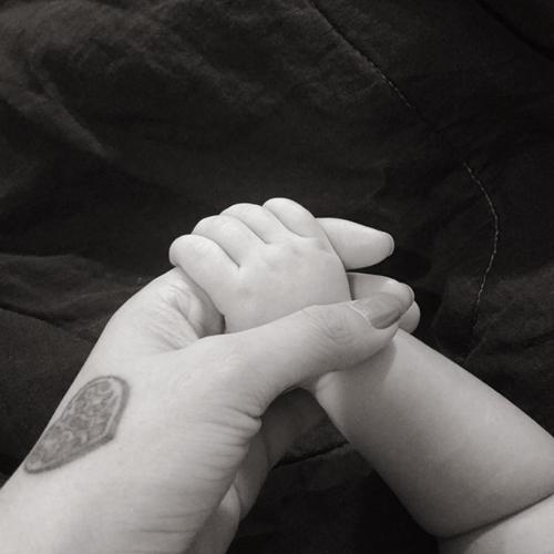Tuy nhiên, trong thời gian gần đây cô nàng thường xuyên đăng tải status khoe niềm hạnh phúc khi được làm mẹ trên trang cá nhân. Nhưng Lâm Á Hân chỉđăng ảnh chụp bàn tay, từ sau lưng nhằmgiấu mặt con trai. Thông tin về việc mang bầu và hạ sinh baby trước đó cũng được côgiấu kín. - Tin sao Viet - Tin tuc sao Viet - Scandal sao Viet - Tin tuc cua Sao - Tin cua Sao