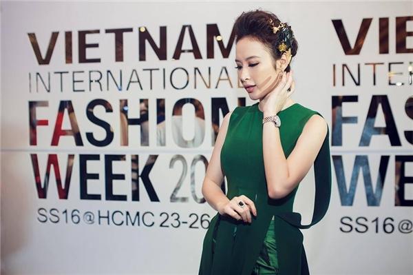 Trên thảm đỏ Tuần lễ Thời trang Quốc tế Việt Nam Xuân - Hè 2016, Angela Phương Trinh diện bộ cánh màu xanh quân đội của Lê Thanh Hòa. Nữ diễn viên kết hợp phụ kiện đi kèm gồm: đồng hồ (100 triệu) và nhẫn của Blvgari có giá hơn 1 tỉ đồng.