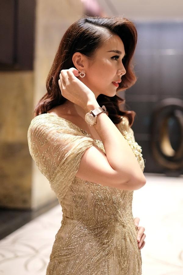 Dù trang phục thiết kế trong nước hay hàng hiệu xa xỉ, Thanh Hằng đều minh chứng được đẳng cấp trong phong cách của cô. Kết hợp cùng bộ váy đuôi cá ôm sát gợi cảm của Thanh Hằng là đồng hồ và hoa tai có giá khoảng 2 tỉ đồng.