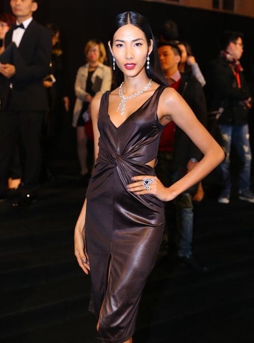 Trong một dịp khác, chân dài kết hợp trọn bộ trang sức kim cương có giá 9 tỉ đồng với váy màu đen huyền bí, mạnh mẽ.
