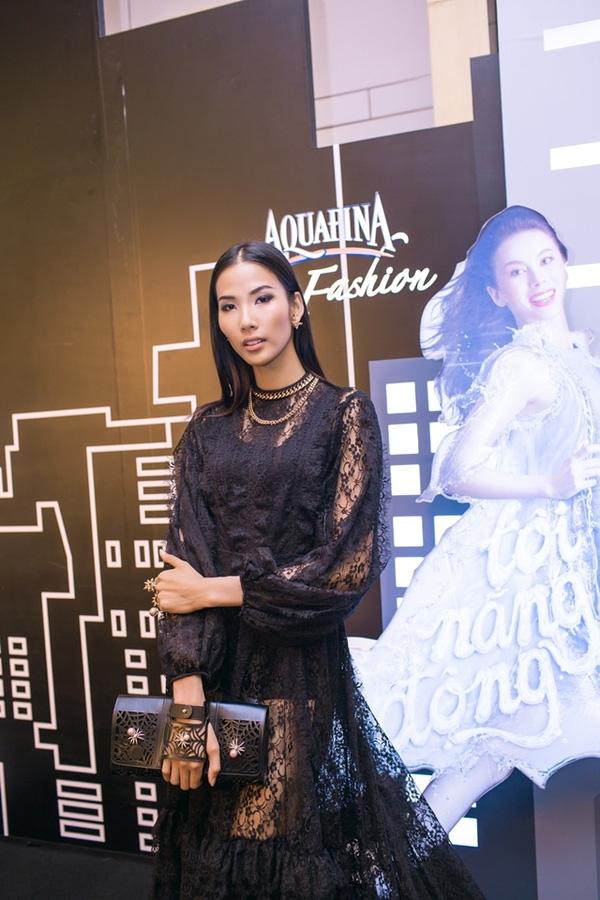 Bộ trang sức đi kèm váy ren đen có giá mềm hơn những thiết kế trên: khoảng 1 tỉ đồng. Riêng về phần trang phục, đây là thiết kế cao cấp của Đỗ Mạnh Cường có giá hàng chục triệu đồng.