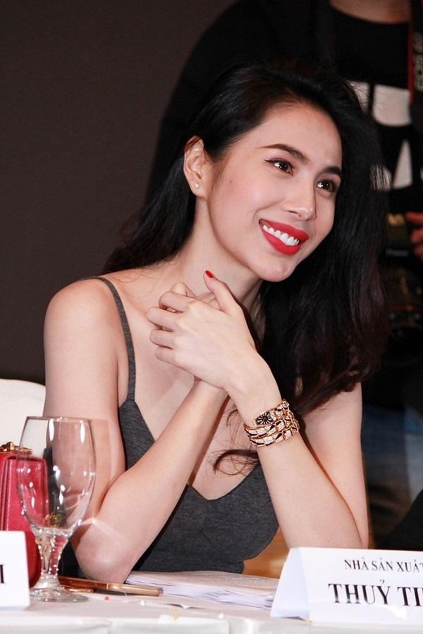 Dù diện bộ trang phục đơn giản, bình dân nhưng Thủy Tiên lại kết hợp cùng chiếc đồng hồ có giá khoảng 2,7 tỉ đồng.