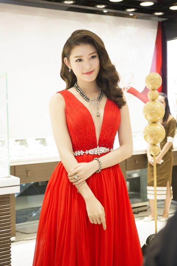 Chiếc váy của Lê Thanh Hòa mà Huyền My diện có giá khoảng 20 triệu đồng. Nhưng bộ trang sức ngọc trai đã đẩy tổng thể lên hơn 2 tỉ đồng.