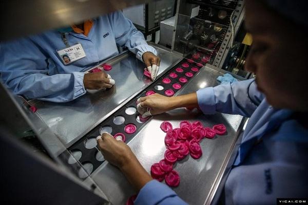 Bao cao su được sản xuất với nhiều mẫu mã, mùi hương và màu sắc đa dạng, phong phú.
