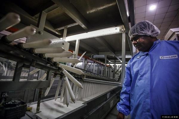 """Công nhân đang giám sát một công đoạn sản xuất """"áo mưa"""" tại nhà máy."""