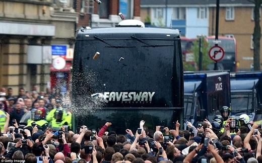 Theo đó, chiếc xe buýt chở Rooney và các đồng đội đã bị đám đông CĐV West Ham tấn công bằng chai lọ.