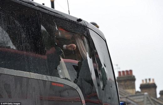 Kính xe buýt vỡ tan trước sức công phá của những vật thể lạ do các fan cuồng West Ham ném đến.