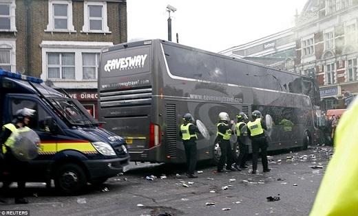 Cảnh sát dù rất cố gắng, nhưng bất lực trước sự hung hãn của đám đông CĐV chủ nhà. Vỏ chai lọ do các CĐV chủ nhà ném về xe buýt Man Utd vương vãi dưới đường.