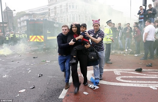 Một nhóm CĐV chủ nhà rời góc phố Green Street với gương mặt sợ hãi. Khó ai có thể ngờ một sự kiện bóng đá tưởng như rất bình thường lại đem đến cảnh tượng hỗn loạn tới như vậy.