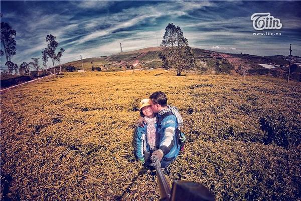 Bộ ảnh được tổng hợp từ nhiều chuyến đi của cả hai trong 5 tháng yêu nhau. Họ đã đến Phan Thiết, Vũng Tàu, Bình Định, Phú Yên…