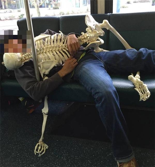 Sao lại ôm nhau ngủ trên xe buýt thế này.