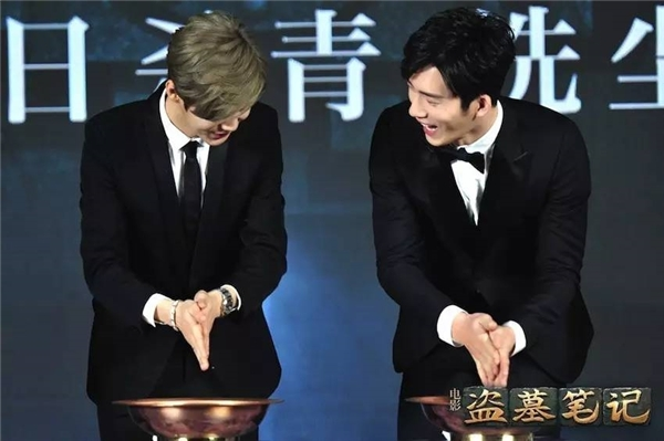 Luhan và Tỉnh Bách Nhiên thân thiết với nhau trong buổi họp báo trước kia. Tuy nhiên bây giờhọ còn có thể thân thiết với nhau như ngày xưa không?