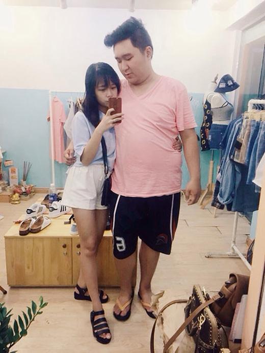 """Trong khi Thiện to béo, vạm vỡ, cao 1m76 và nặng tới 100kg thì cô người yêu xinh xắn Tú Linh lại có ngoại hình """"nấm lùn"""" cao 1m53 với cân nặng khá khiêm tốn – xấp xỉ 40kg."""