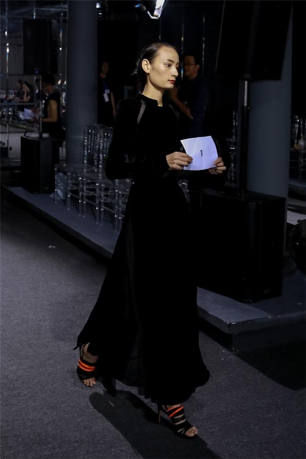 Người mẫu Lê Thúy giữ vai trò mở màn cho bộ sưu tập của Kelly Bùi vào tối nay.
