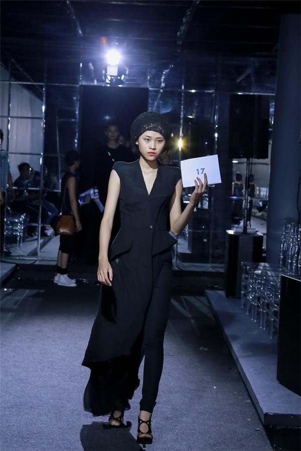 Trong buổi tập chương trình, các người mẫu được thử trang phục và cân chỉnh sao cho thật vừa vặn.