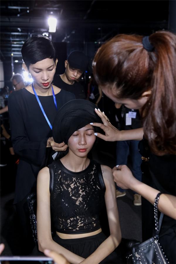 Đạo diễn catwalk Xuân Lan theo sát từng hoạt động của người mẫu trong show diễn.