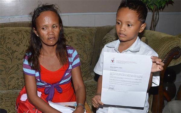 Cậu bé đã được nhận học bổng của cảnh sát địa phương. (Ảnh: AFP)