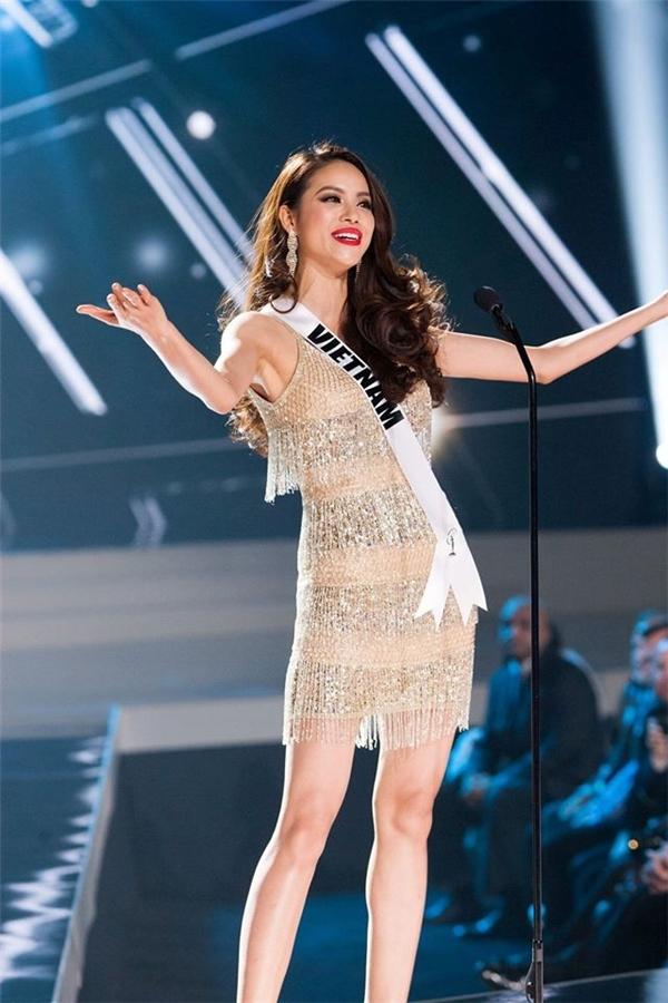 Bộ váy mà Phạm Hương diện trên sân khấu chung kết Hoa hậu Hoàn vũ 2015 cũng có chi tiết tua rua làm điểm nhấn.