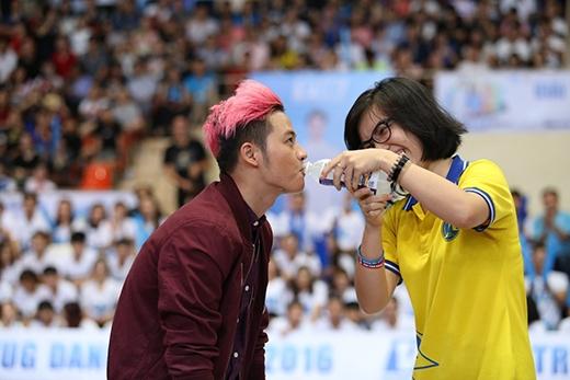 """Khoảnh khắc hứng khởi khi Thanh Duy Idol được nữ sinh viên """"bù nước"""" tận tình với Revive diện mạo mới."""