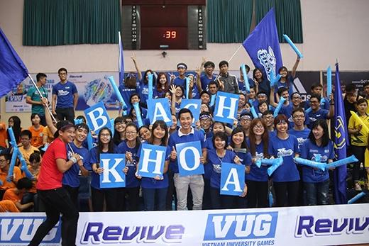 Bạn có nhận ra MC Nguyên Khang trong đội CĐV của ĐH Bách Khoa TP. HCM không?