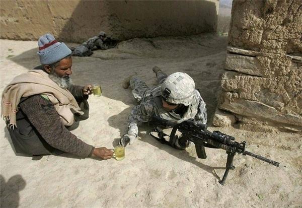 Trong tình hình chiến sự căng thẳng, người đàn ông Afghanistan vẫn không ngại mang tách trà cho một người lính Mỹ.