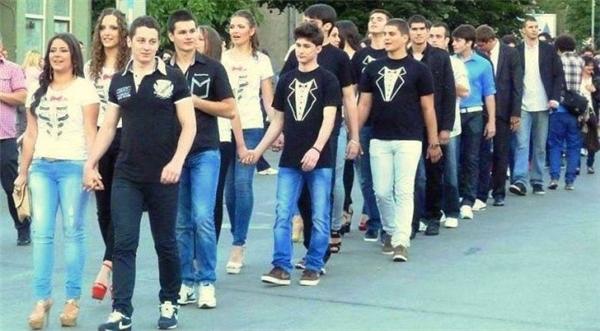 Thay vì lãng phí vào trang phục cầu kỳ và đắt tiền, tập thể học sinh cuối cấp tại trường trung học Pirot (Serbia) quyết định mặc đồng phục áo phông giản dị tới dự vũ hội tốt nghiệp. Họ dành toàn bộ số tiền tiết kiệm được để giúp đỡ những gia đình có trẻ em khuyết tật.