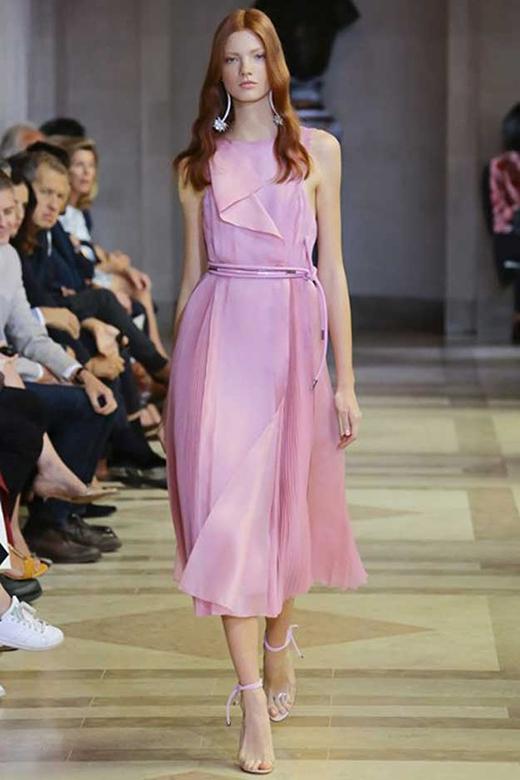 ... các sắc hồng tràn ngập trên các sàn diễn thời trang. (Ảnh: Internet)
