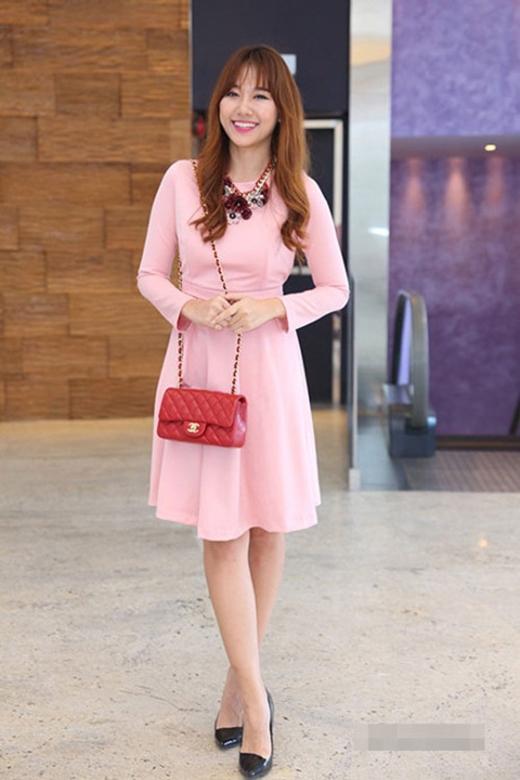 Những nghệ sĩ nổi tiếngnhư Hồ Ngọc Hà, Đông Nhi, Tóc Tiên, Hari Won... đều rất ưa thích những bộ cánh hồng nữ tính.